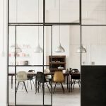foto Pinterest eetkamer achter staal met glazen deuren